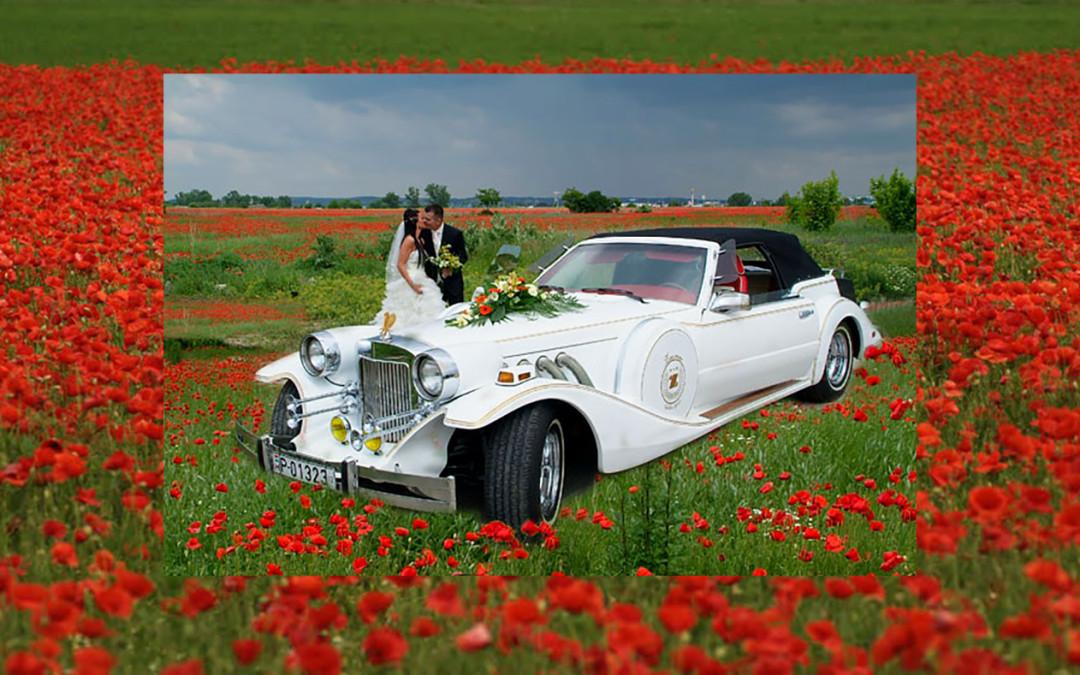 Esküvői autó a pipacsmezőben