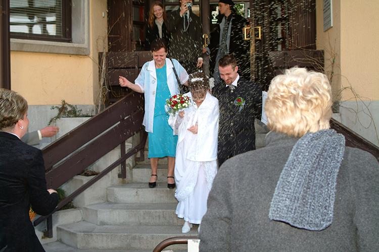 Rizsdobálás az önkormányzati esküvő után