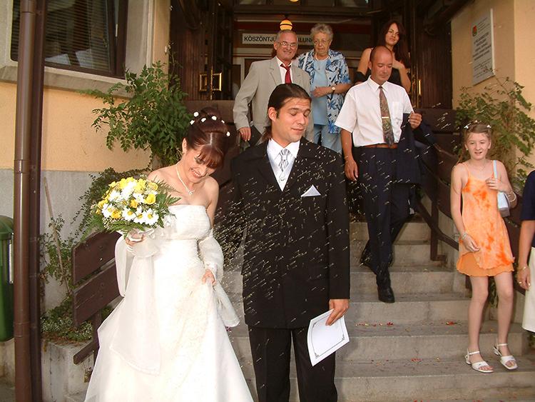 Az esküvői rizsdobálásnak mindig örülni kell!