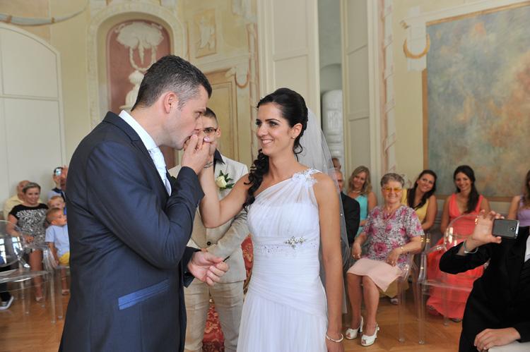 Kézcsók az esküvőn