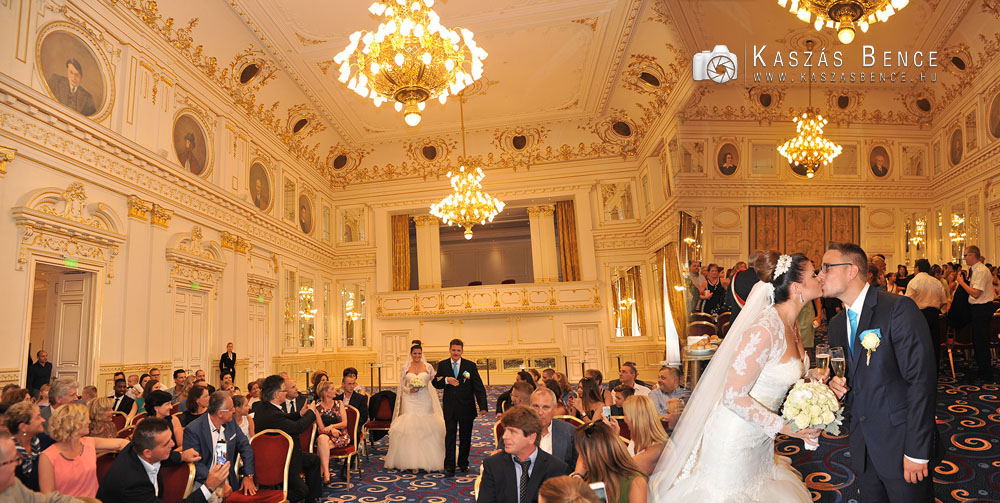 Dóri és Olivér polgári esküvője a Radisson Blu Béke Hotelben